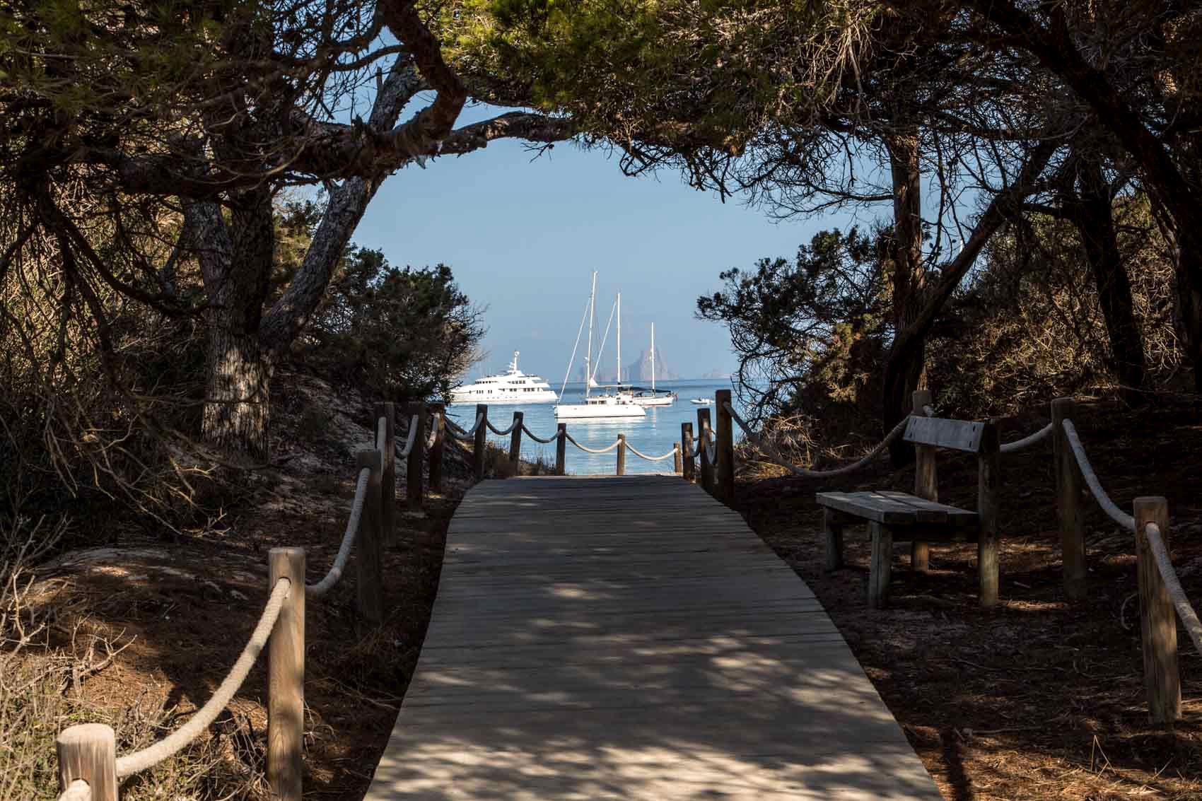 Playa de Cavall den Borràs en Formentera y barcos al fondo