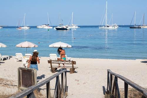 Dos chicas en Beso Beach, playa de Cavall den Borràs, Formentera