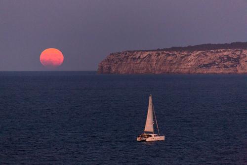 Torre de Punta Prima formentera, viendo salir la luna llena