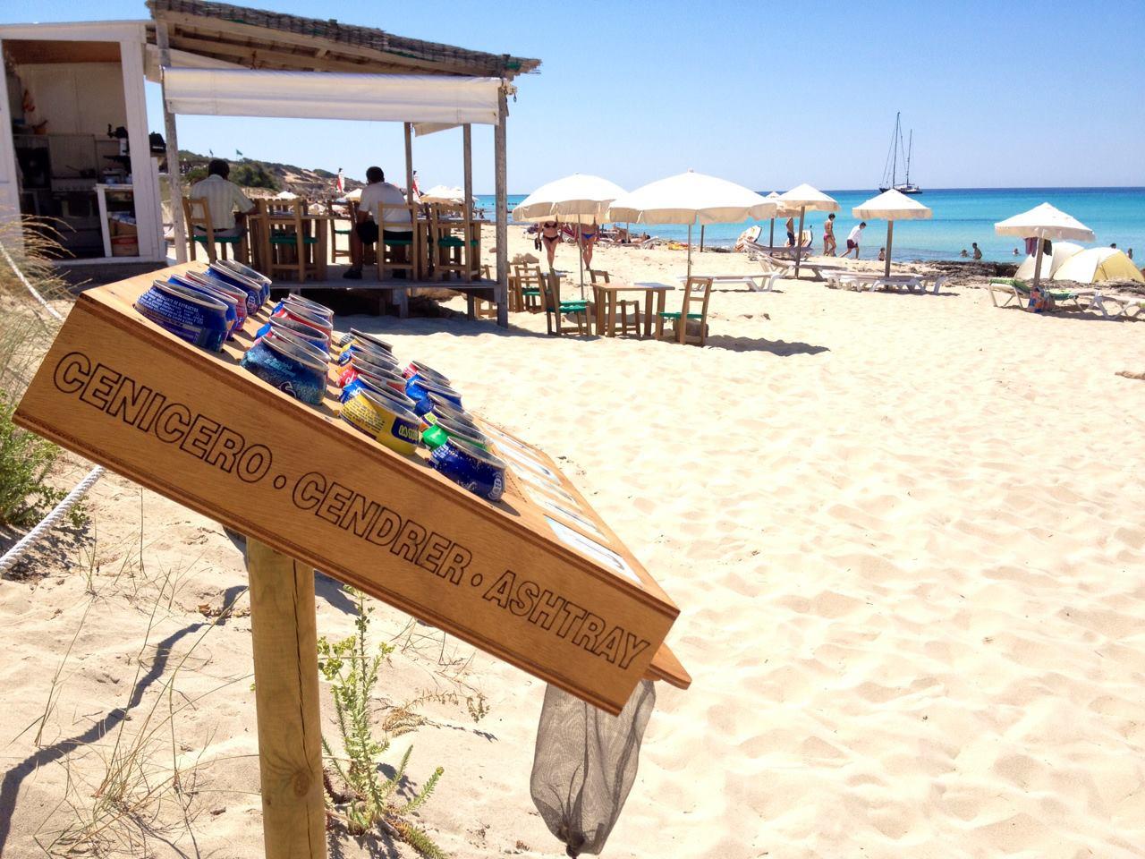 Dispensador de ceniceros en una playa de Formentera