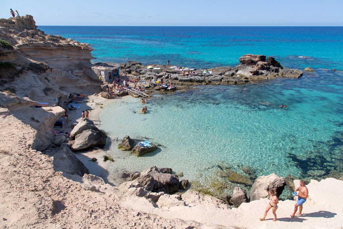La playa de Es Caló des Mort en Formentera